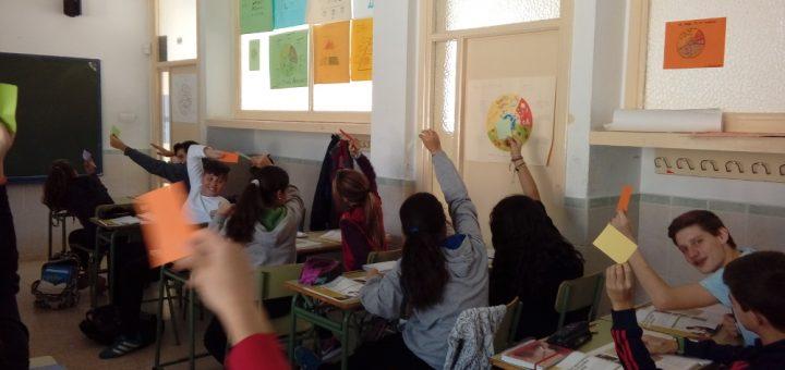 Alumnos realizando la actividad en clase